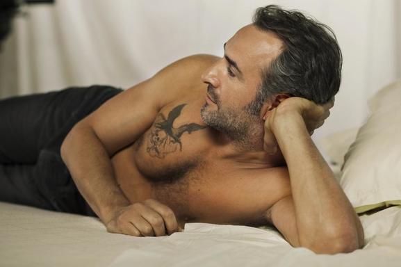 """Retrouvez Jean Dujardin bad boy, musclé et tatoué dans son prochain film """"Mobius"""" !"""