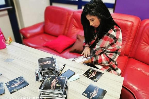 Lyna Mahyem, une Femme Forte comme le nom de son premier album ! Aujourd'hui la chanteuse annonce la sortie de Purple son tout nouveau clip émouvant et si personnel…