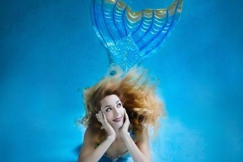 """Les sirènes existent, parole d'une vraie sirène ! Claire Baudet vous dévoile dans son livre """"Sirène"""" en illustrations toutes les clés pour en devenir une à votre tour !"""