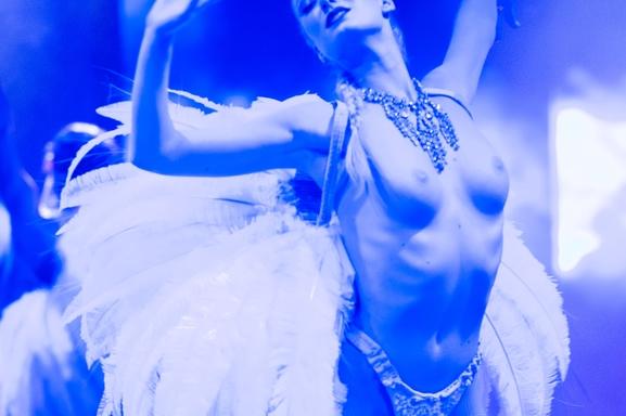 Un spectacle magique et unique ? Le Lido bien-sûr ! Caméra en coulisses pour vous dans le plus célèbre cabaret : Gagnez deux invitations maintenant!