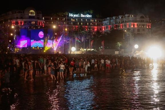 Envie de danser sur la Croisette les pieds dans l'eau? Venez profiter de la plage électro avec Casting.fr