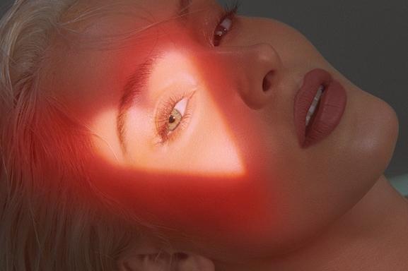 Zara Larsson, la belle chanteuse suédoise à la voix pop continue de conquérir le monde avec son nouveau single, Talk About Love.