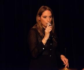 """Aude Duhamel, chanteuse de jazz et de pop nous ouvre les portes de son univers dans son dernier spectacle """"J'aime Brassens"""" au Théâtre Edgar tous les samedis à 15h30."""