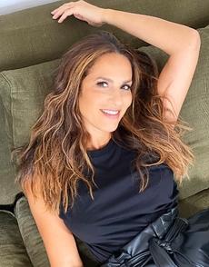 """Actrice, chanteuse, Elisa Tovati revient avec un titre positif en featuring avec John Mamann """"Tout va bien""""."""