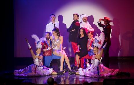 Tony BASTIAN, créateur et directeur artistique du Cabaret du Bout des Prés, accompagné de sa femme la célèbre danseuse Amandine BOULLARD, nous ouvre les portes de son cabaret unique et surprenant