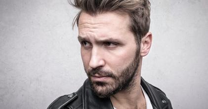 Casting modèle homme pour relooking capillaire et barbe dans vidéo média beauté