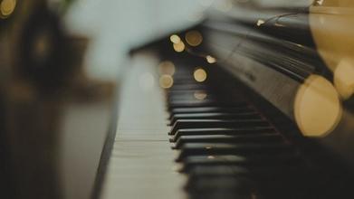 Cherche un jeune homme entre 16 et 18 ans brun qui sait jouer du piano pour un film