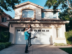 Casting homme et femme ayant une maison originale pour jouer dans publicité