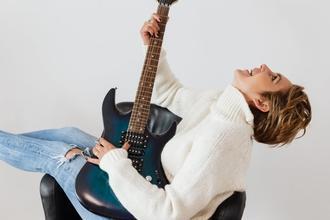 Casting doublure main femme sachant jouer de la guitare pour long métrage