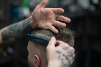 Recherche homme pour relooking cheveux et barbe
