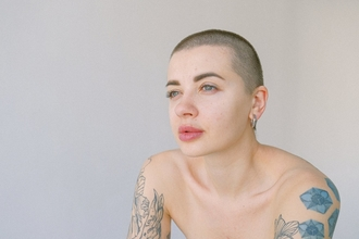 Casting modèle femme tatouée pour vidéo astuce beauté