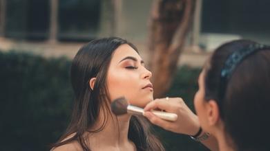 Casting femme pour shooting photo pour site de cosmétique