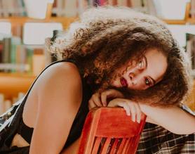 Recherche 1 danseuse latine typée Métisse cheveux bouclés pour un clip