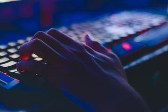 Recherchons hommes entre 18 et 25 ans bons en informatique pour tournage série CANAL+ Kennedy