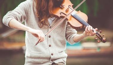 Casting femme violoniste pour caméra cachée avec Greg Guillotin