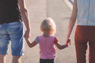 Casting couple homme et femme avec jeune enfant pour vidéo témoignage