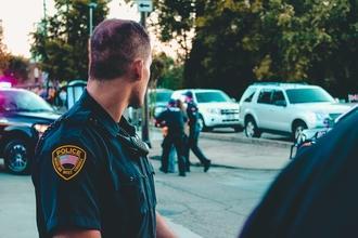 Casting homme policier avec uniforme pour jouer dans série Rebecca