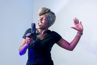 Casting comédienne chanteuse soprano pour cabaret