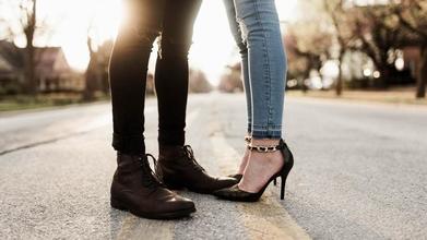 Recherche modèle femme chaussure pour vidéo de descriptif commercial