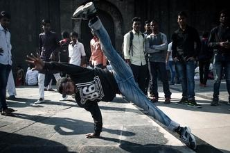 Cherche jeune homme danceur typé européen  pour figuration dans série internationale