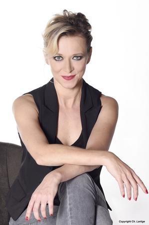 """""""Vraie"""" La nouvelle comédie musicale de Prisca Demarez enflamme actuellement les planches du Théâtre de l'Archipel  !"""