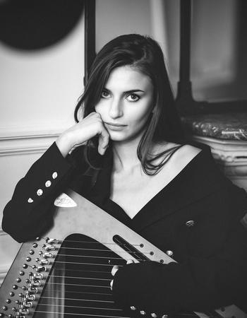 """Autrice, harpiste, comédienne, Pauline Chagne vous emmène dans son univers coloré dans """"Mélancolie Lolita"""", découvrez son parcours motivant et inspirant."""