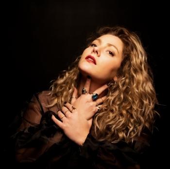 DONAMARIA une artiste dans l'air du temps qui s'affranchie des codes de la musique, se livre sur casting.fr