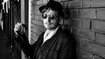 """Julien Wagner, journaliste indépendant et auteur de sa toute dernière pièce littéraire """"Odieux Festin"""", comment s'est-il diversifié ? Comment est-il devenu un auteur incontournable ? Il nous dit tout sur Casting.fr."""