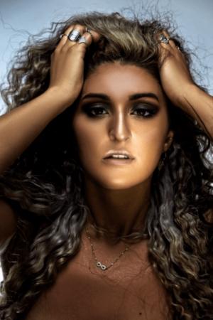 Devenir chanteuse et parolière, notre artiste VIP Sendaboutella l'a fait : elle nous raconte comment.