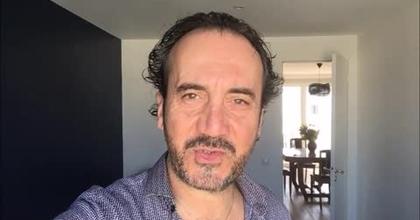Régis Vlachos auteur et comédien de la pièce Le Cabaret Louise