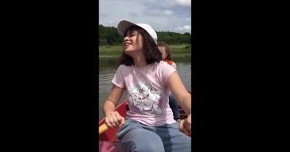 Elisa sur une barque avec amies