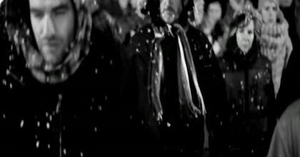 Des marcheurs dans la nuit et le froid