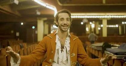 Portrait de Jimmy Costa Savelli, le rôle principal de la comédie musicale Pirates!